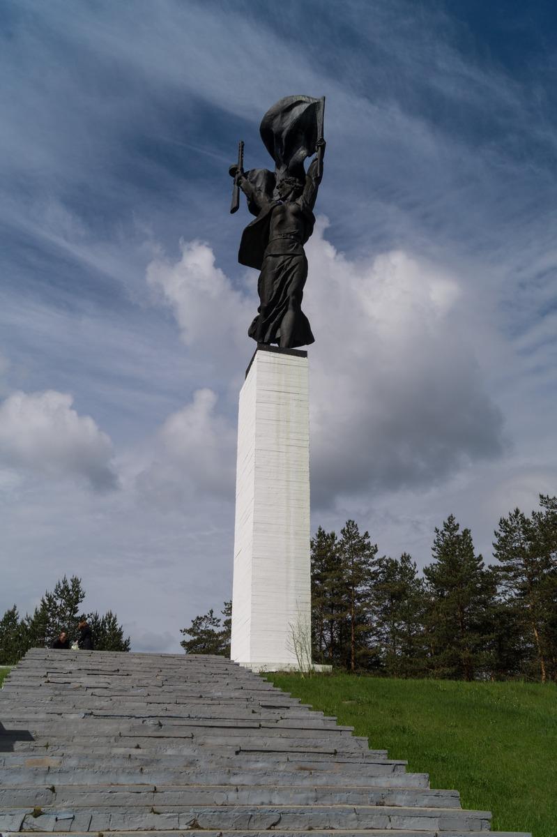 """Монумент """"Партизанская слава"""" перед Лугой."""