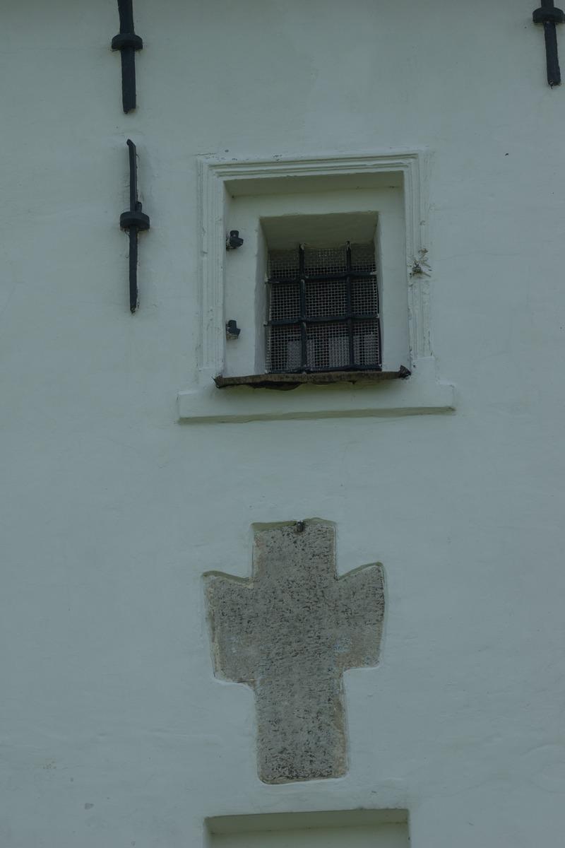 Изборск. Труворово городище. Никольская церковь. Крест на стене.
