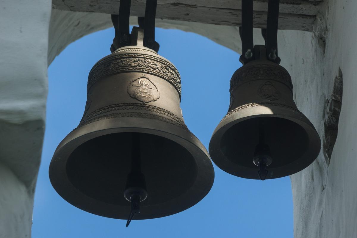 Изборск. Труворово городище. Никольская церковь. Колокола на звоннице.