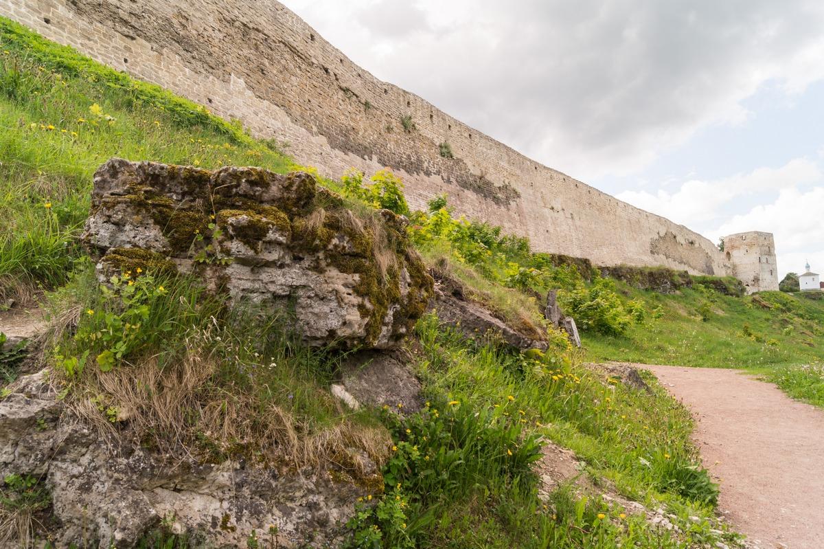 У стен Изборской крепости. Вид на Талавскую башню.