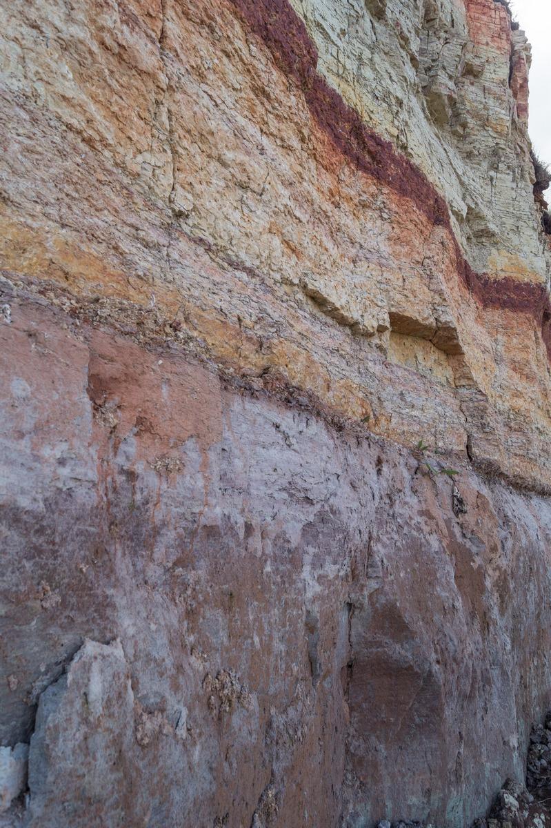 Ильменский глинт. Разноцветные слои.