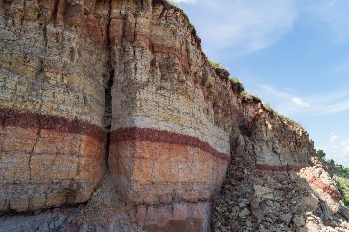 Ильменский глинт. Разнообразные спластованные породы.