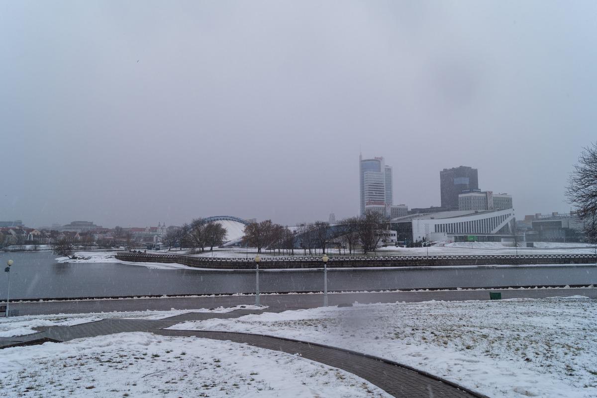 Минск. У реки Свислочь в сквере Старостинская Слобода.