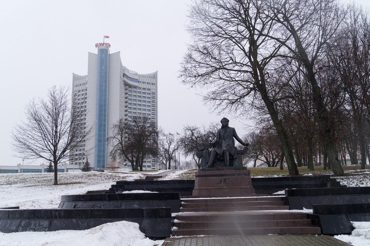 """В сквере Старостинская Слобода. Гостиница """"Беларусь"""" и памятник Пушкину."""