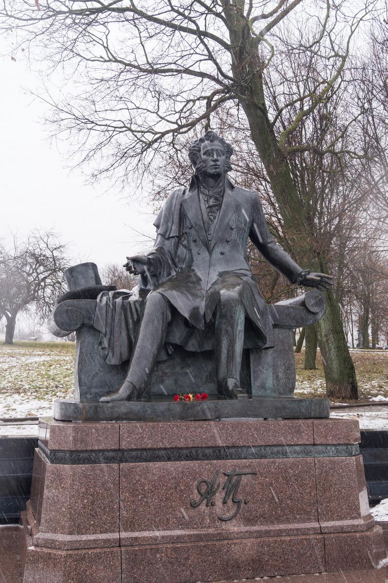 В сквере Старостинская Слобода. Памятник Пушкину.