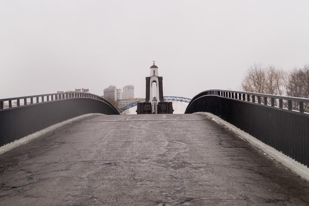 Минск. Перекидной арочный мост к Острову Мужества и Скорби.