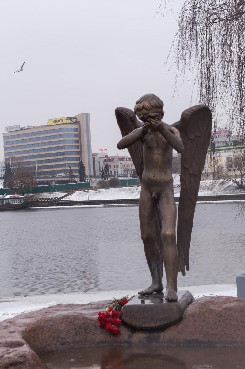 Минск. Остров Мужества и Скорби. Плачущий ангел.