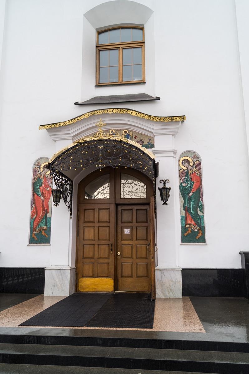 Минск. У входа в Свято-Духовую церковь.