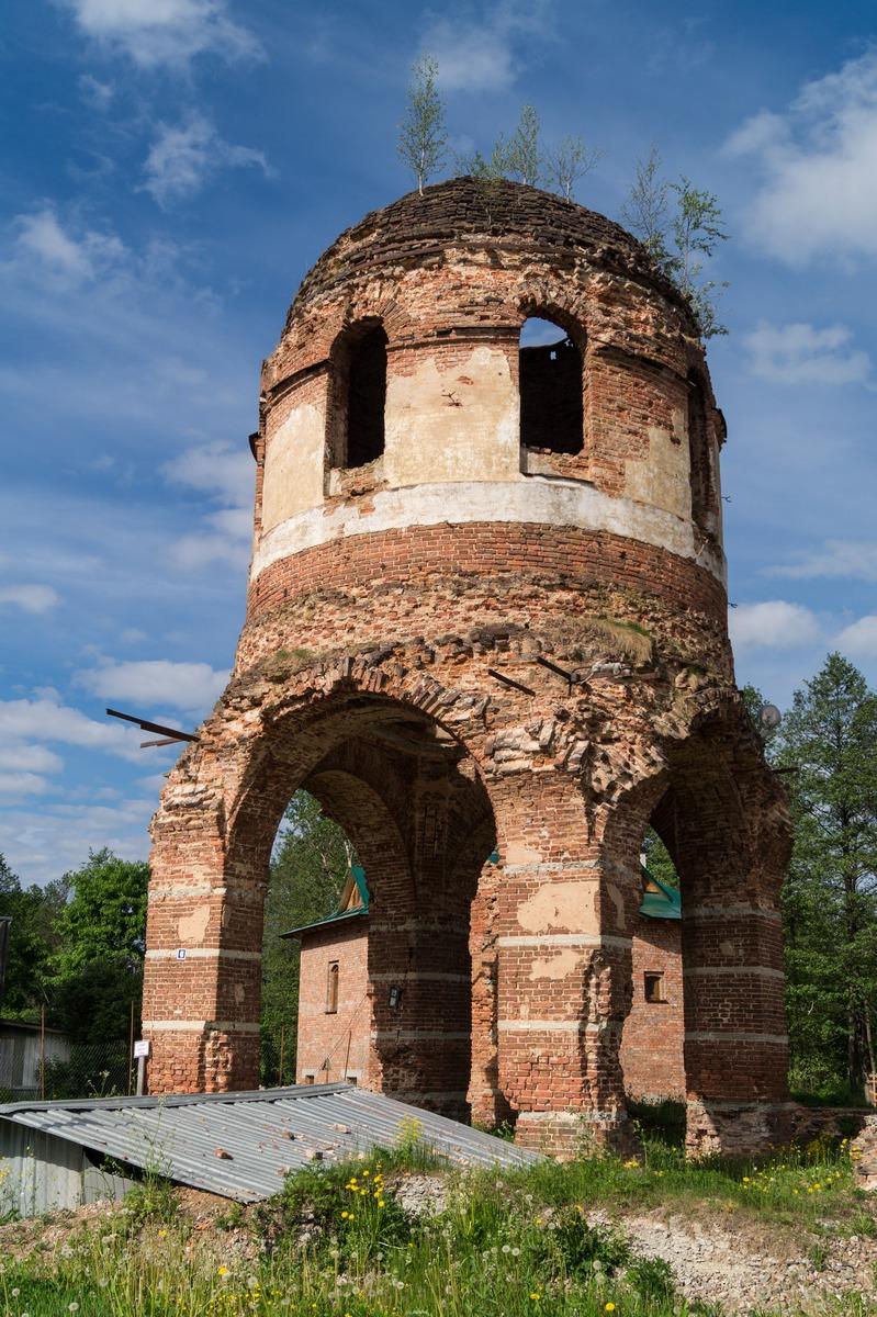 Феофилова пустынь. Руины Успенской церкви.