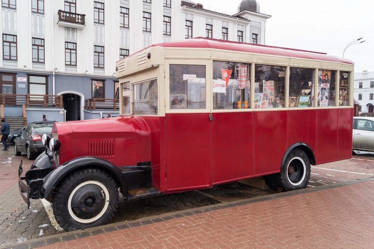 Минск. Верхний Город. Старый автобус - сувенирная лавка.