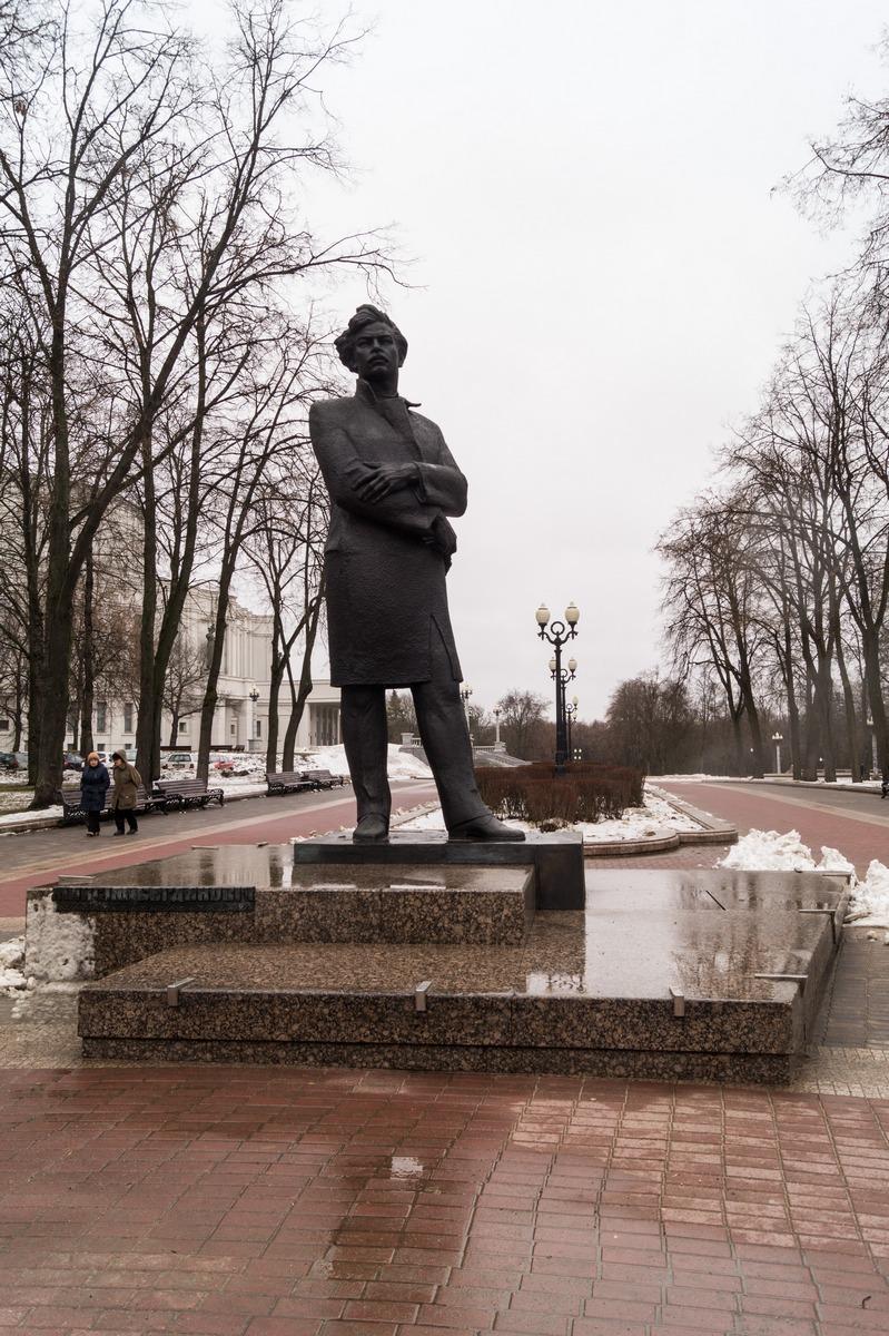 Минск. Памятник Максиму Богдановичу в парке у театра.