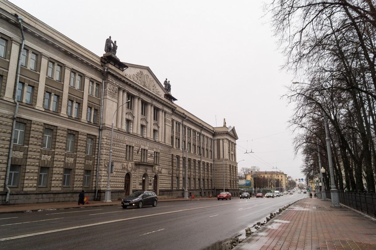 Минск. Здание Суворовского училища на улице Максима Богдановича.