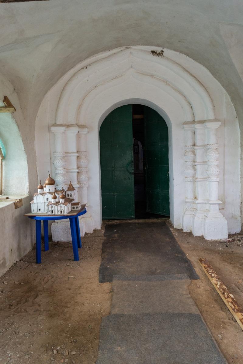 Михайло-Клопский монастырь. У входа в Троицкий собор. И макет самого собора.
