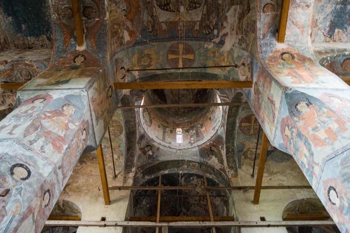 Михайло-Клопский монастырь. Фрески в Троицком соборе. Потолок и колонны.