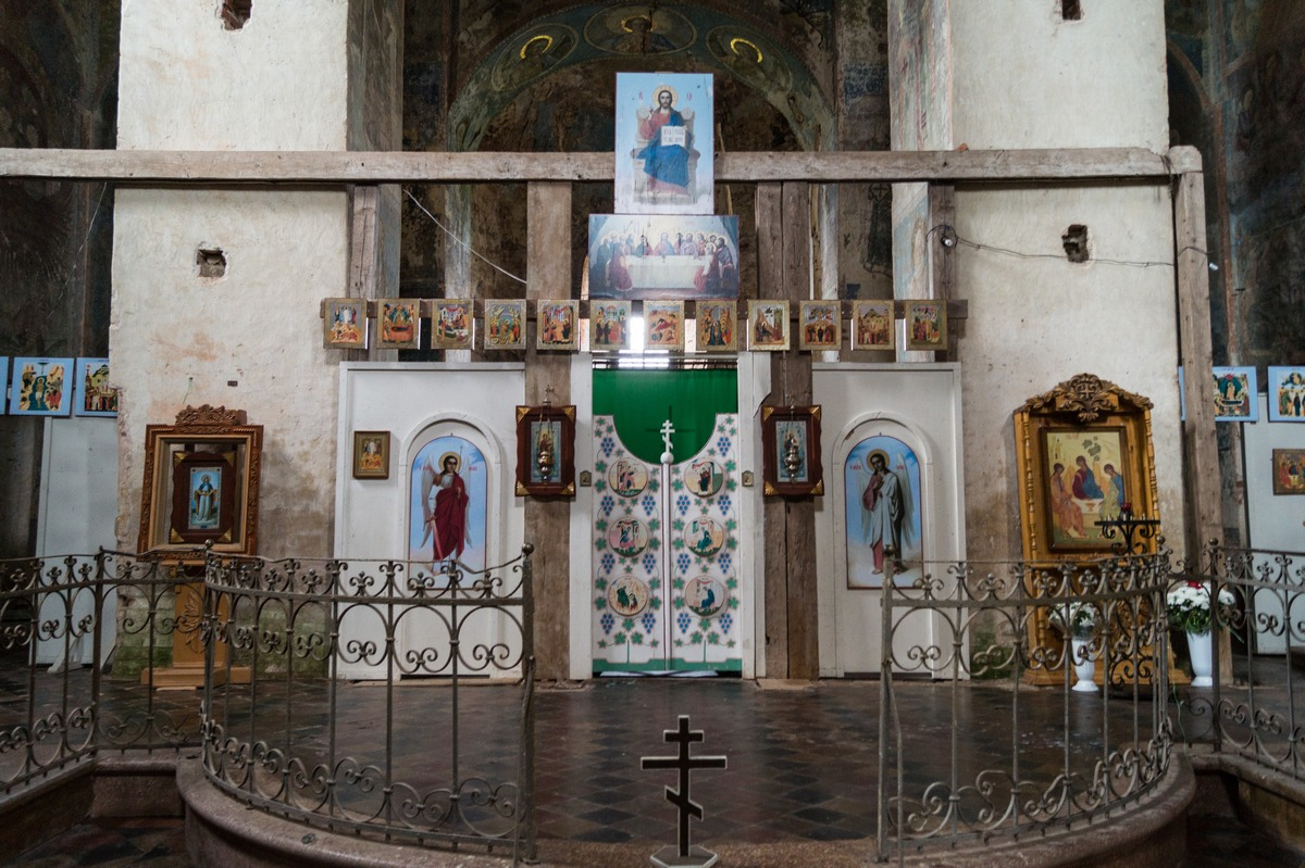 Михайло-Клопский монастырь. В Троицком соборе. У алтаря.