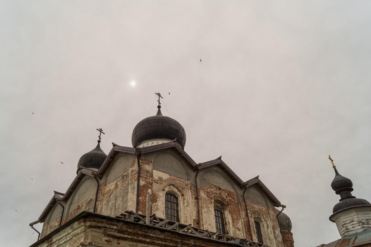 Михайло-Клопский монастырь. Троицкий собор. Солнце проглядывает.