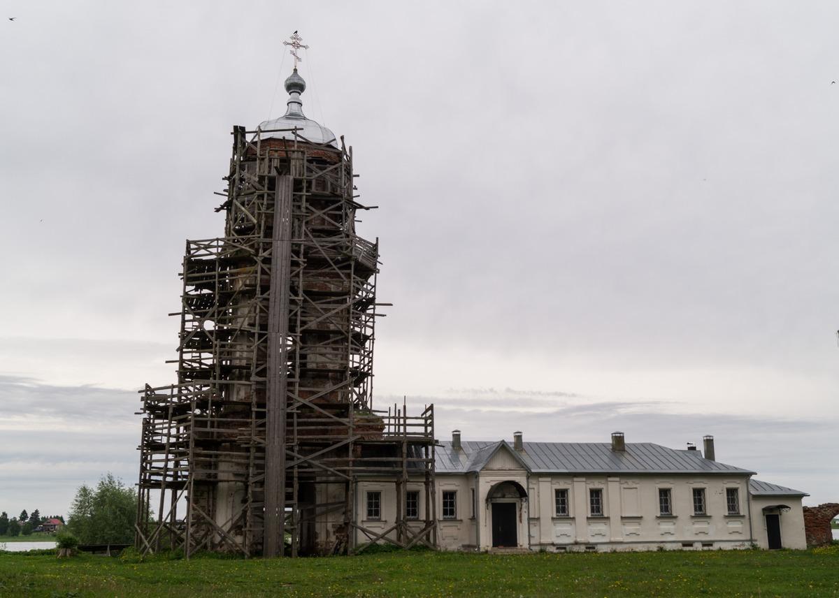 Михайло-Клопский монастырь.  Колокольня (реставрируется) с братским корпусом.
