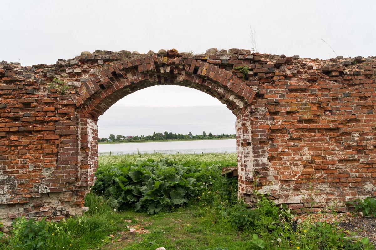 Михайло-Клопский монастырь.  Монастырская стена и выход на Веряжу.
