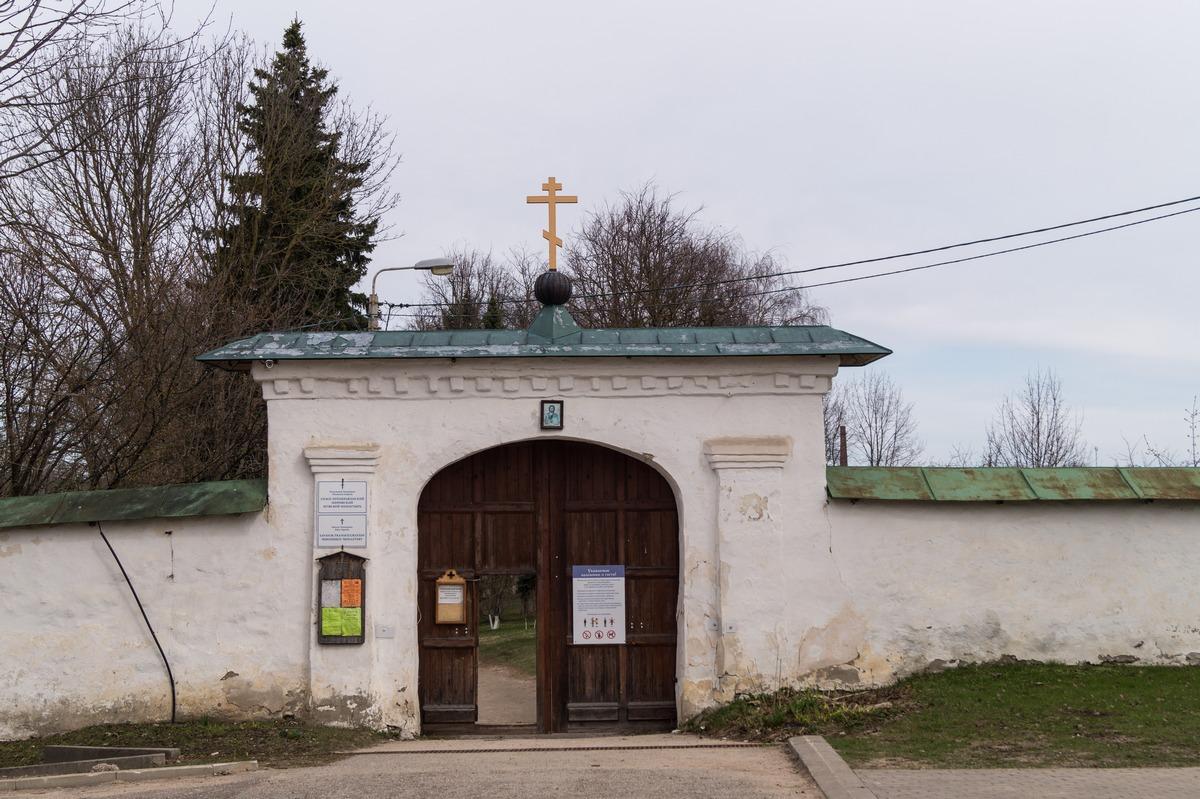 Псков. У ворот Мирожского монастыря.