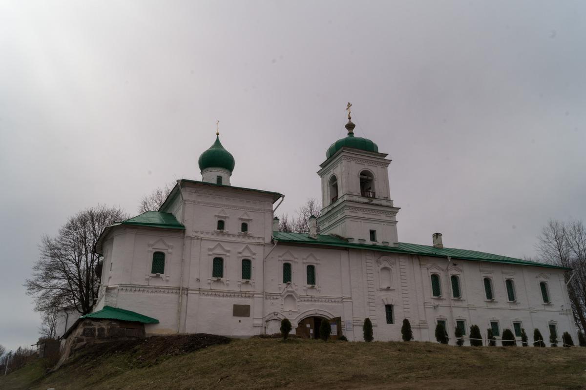 Псков. У Мирожского монастыря.