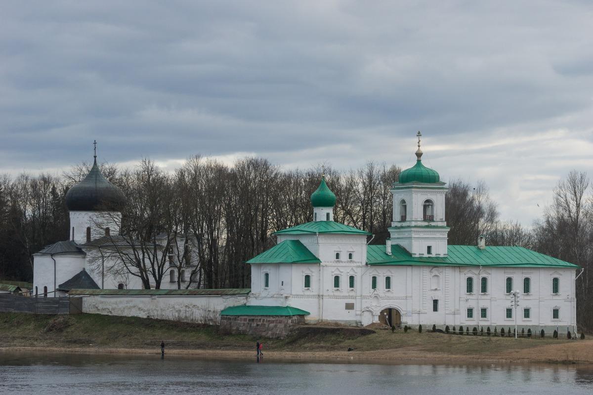 Псков. Вид на Мирожский монастырь с противоположного берега рекий Великой.