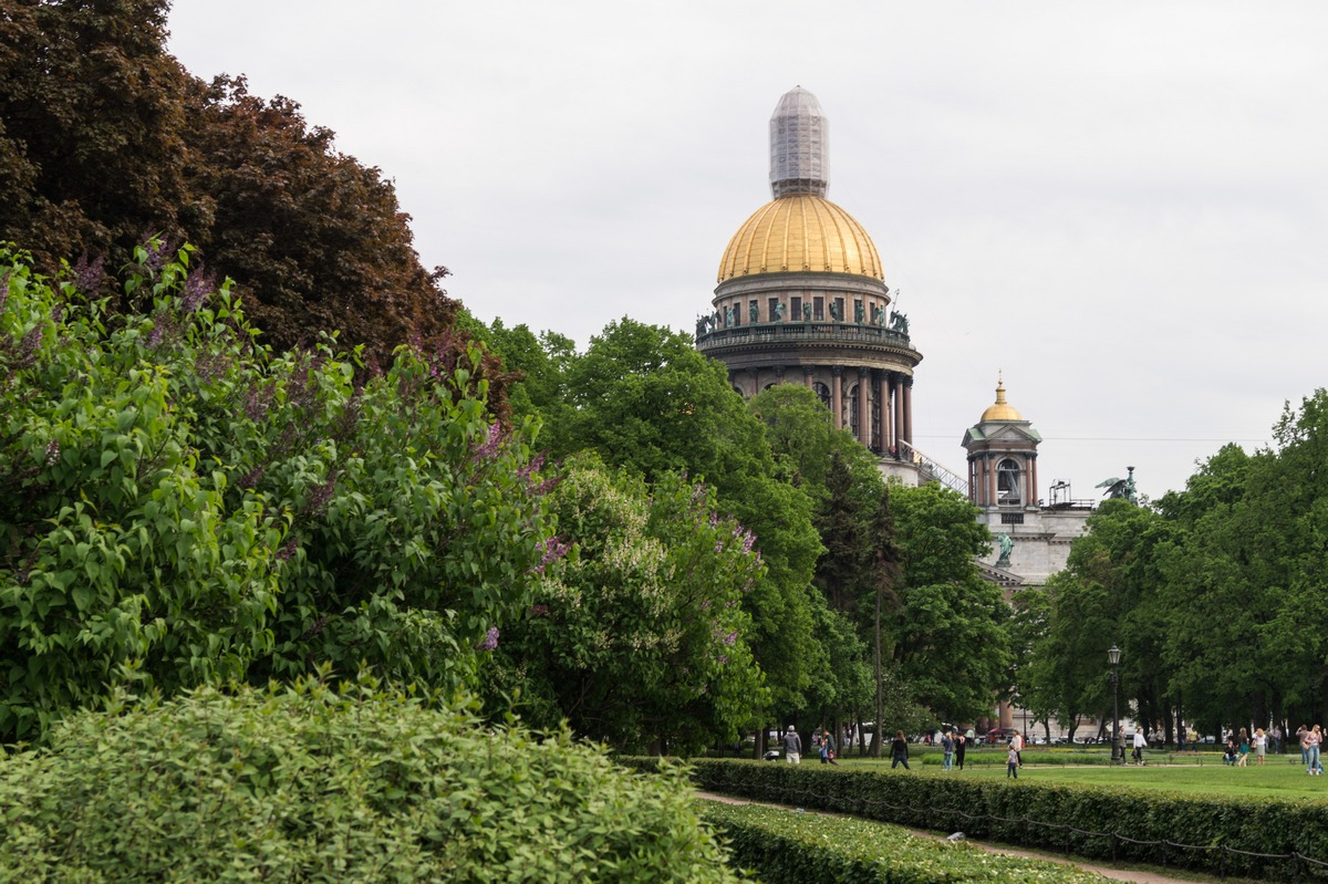 Санкт-Петербург. Исаакиевский собор. Вид из Александровского сада. Лето.