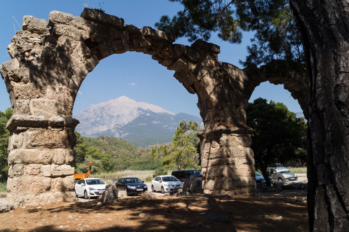 Часть акведука Фазелиса и гора Тахталы.