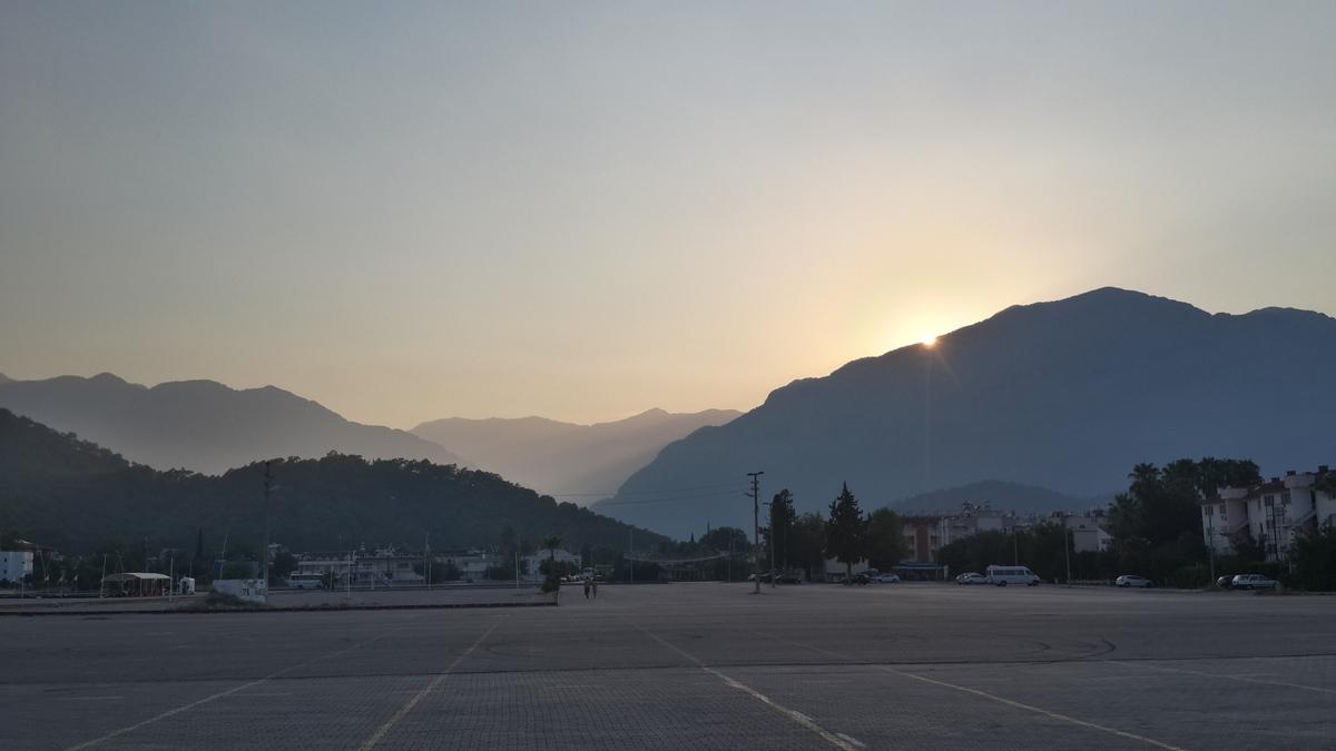 Кемер и Таврские горы на закате.