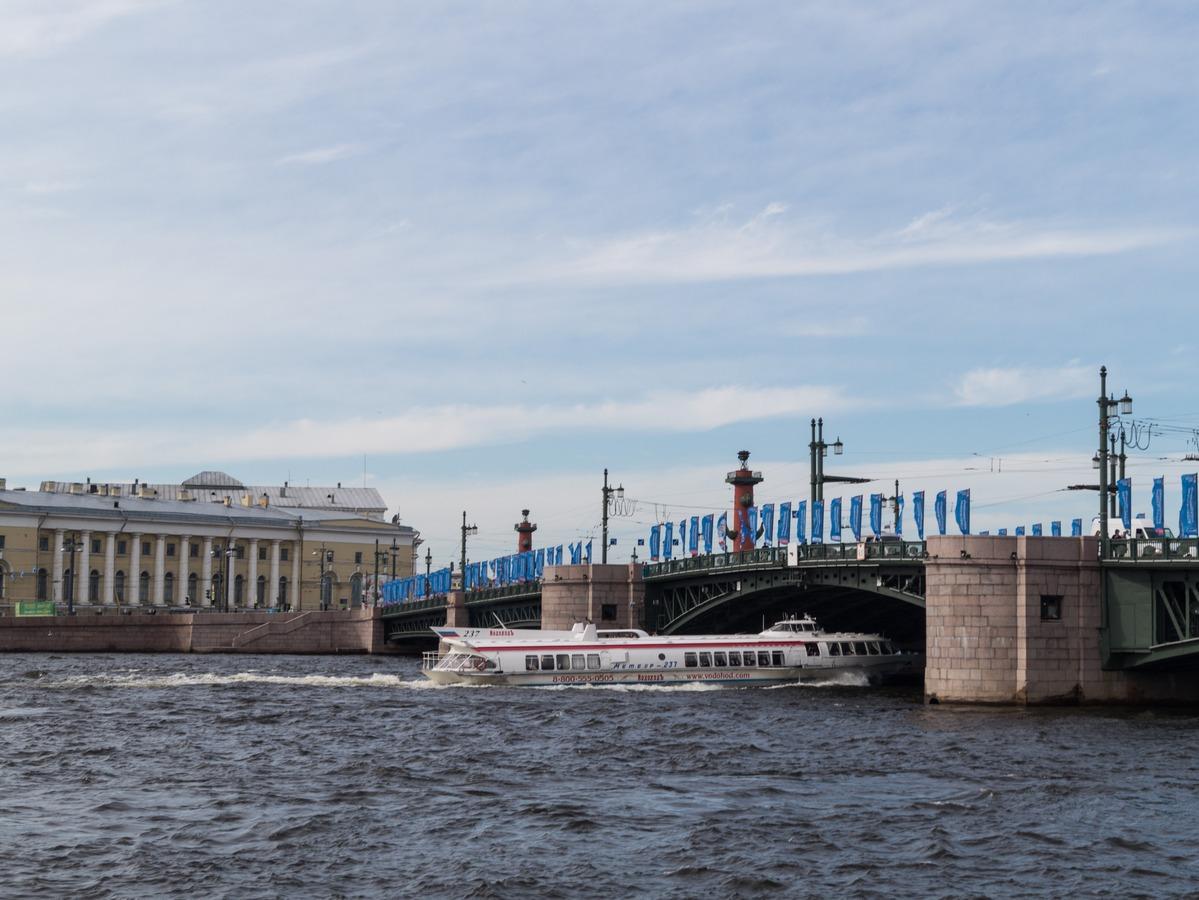 Июнь. Прогулочный катер на Неве под Дворцовым мостом.