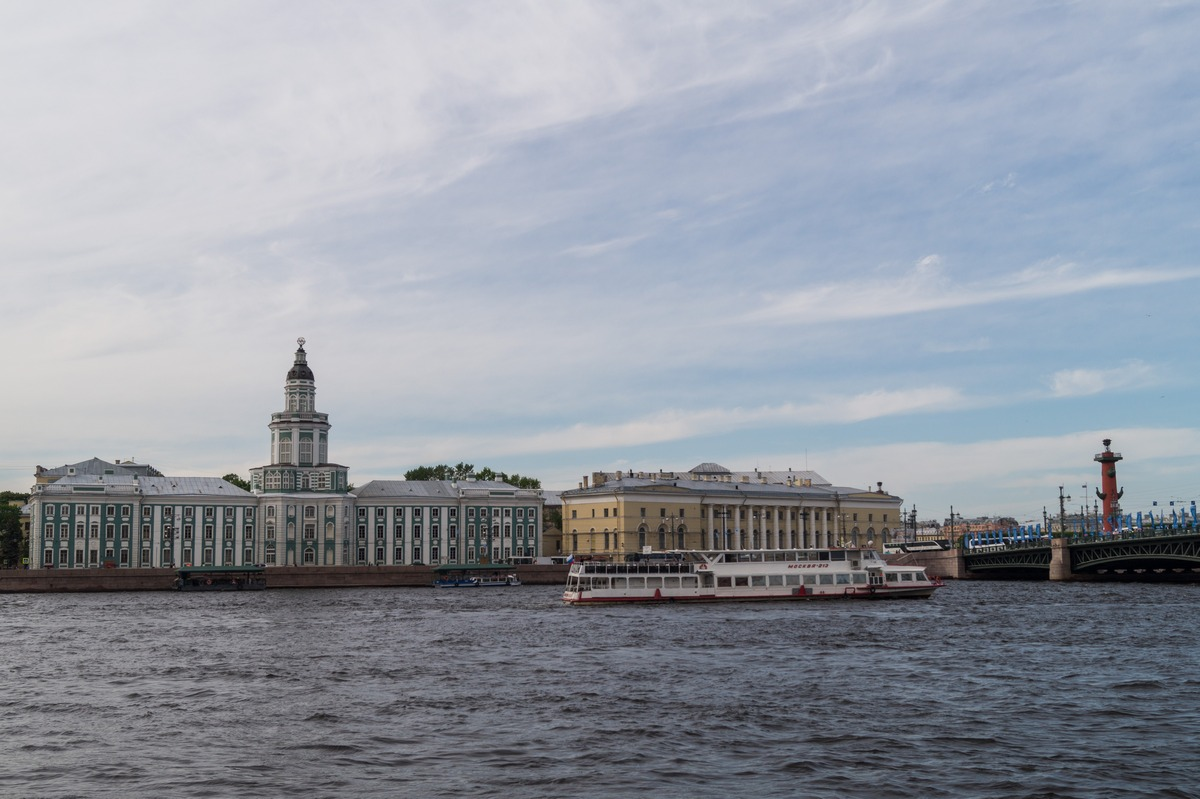 В центре Петербурга. На Неве в июне.