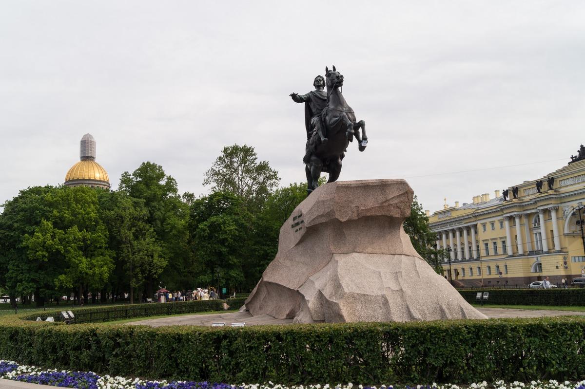 В центре Петербурга. Июнь. На Сенатской площади.