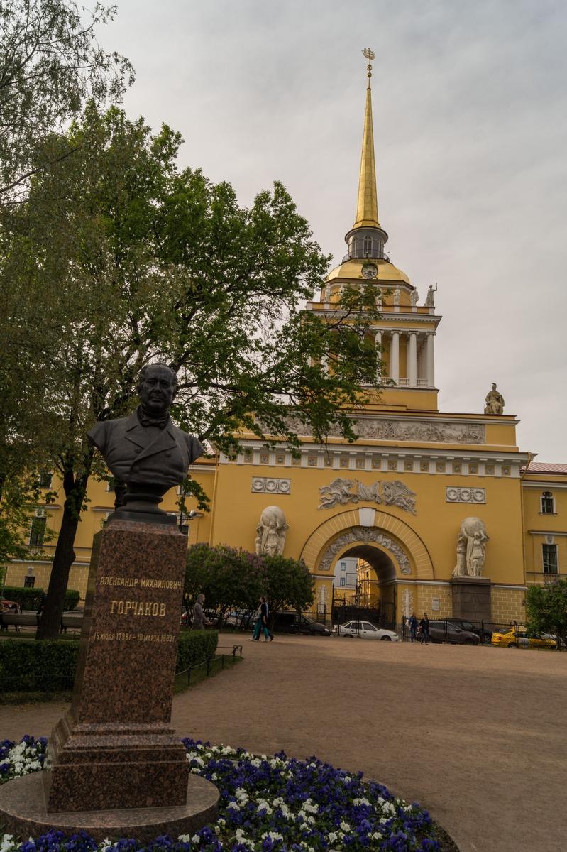 В центре Петербурга. Памятник Горчакову в Александровском саду.