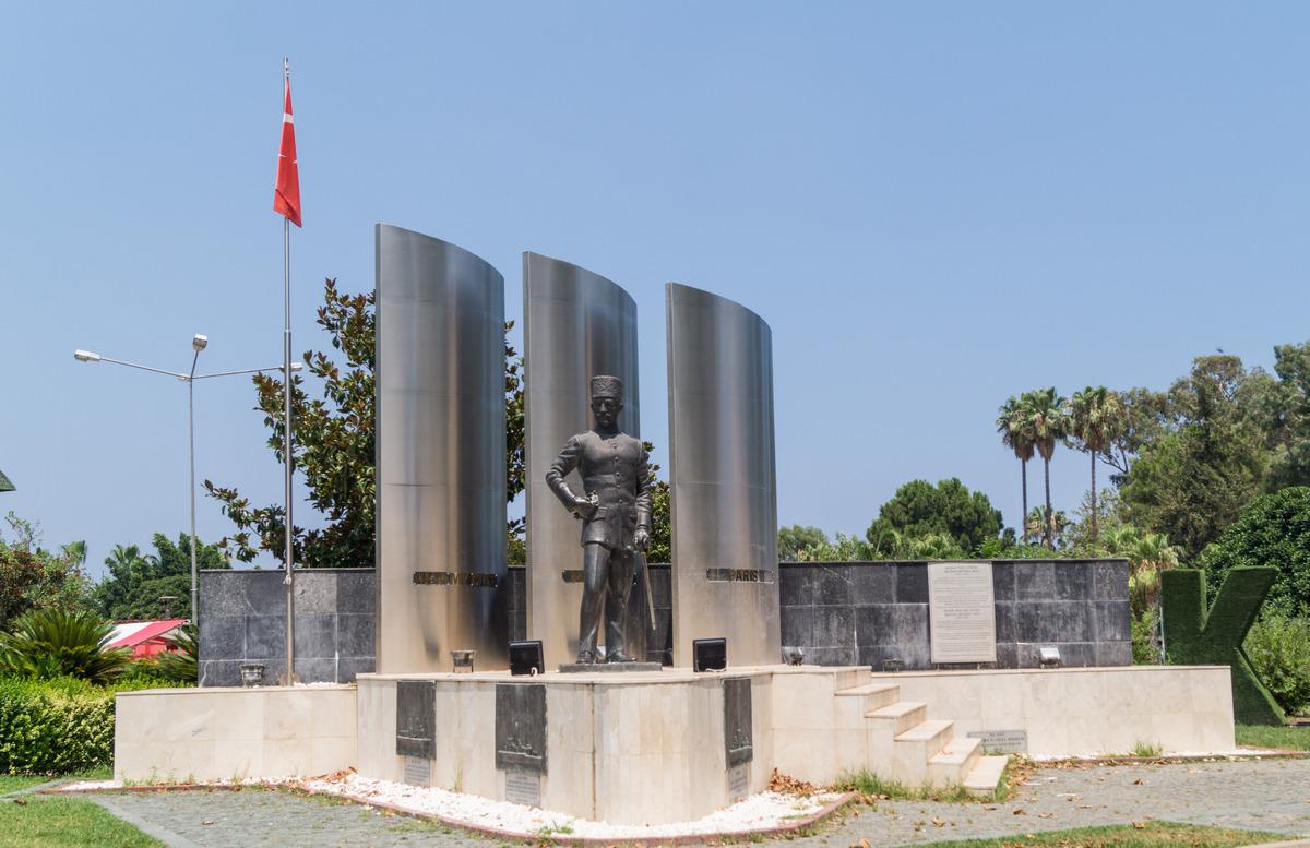 Кемер. Памятник Мустафе Эртугрулу в парке Олбиа. Три трубы - символ трех потопленных кораблей.