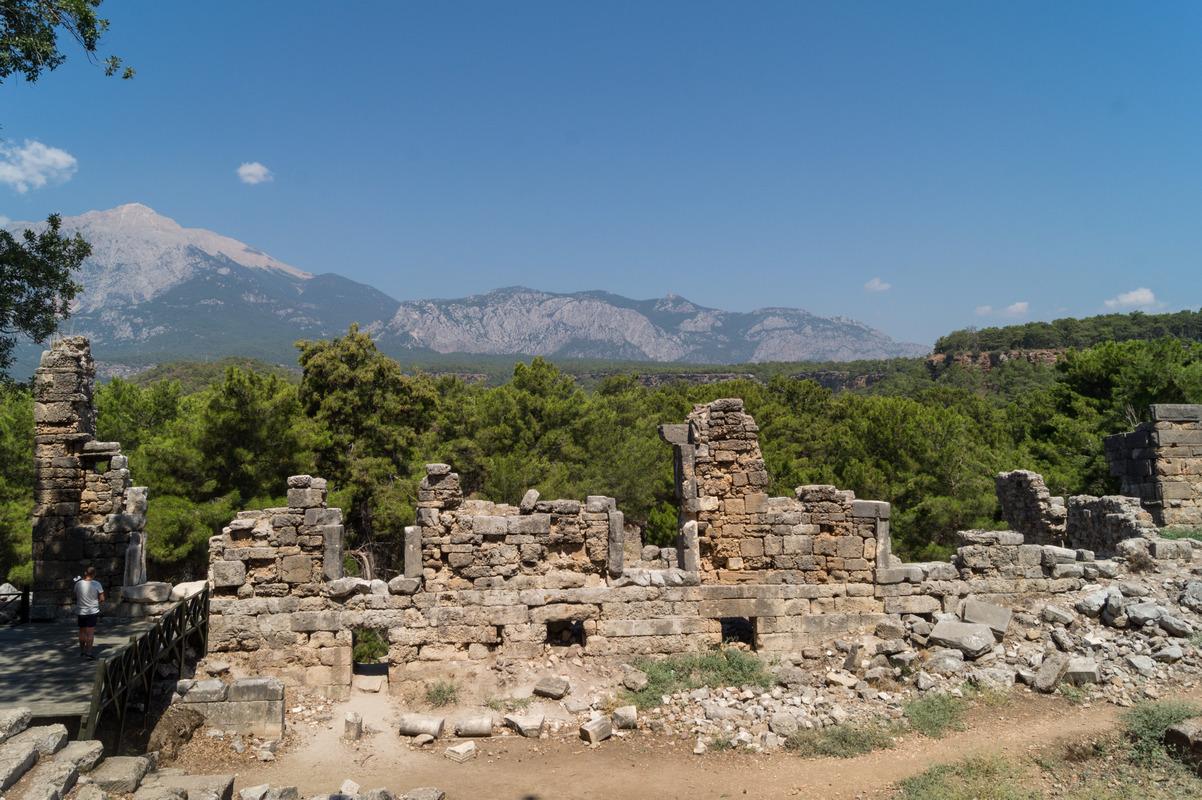 Фазелис. Вид на сцену с задними постройками и пейзаж в качестве дополнительной декорации.