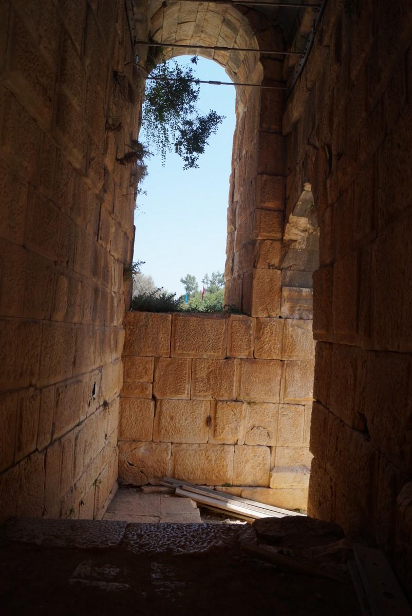 Мира Ликийская. В греко-римском амфитеатре. Лестница, ведущая к верхним ярусам.