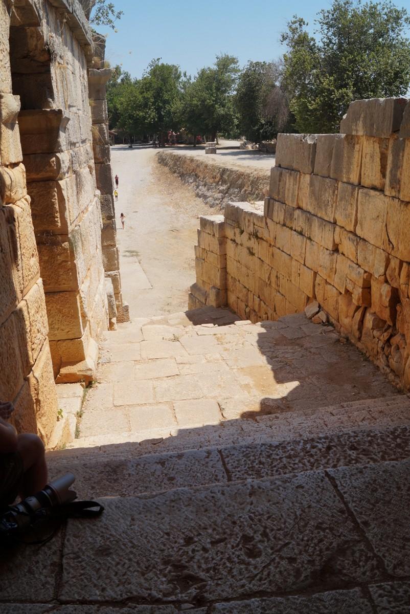 Мира Ликийская. В греко-римском амфитеатре.  На лестнице.