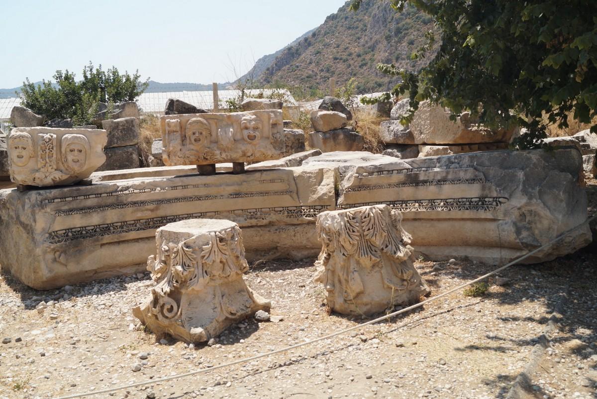 Мира Ликийская. Вид на горы  и прочие древности для туристов.