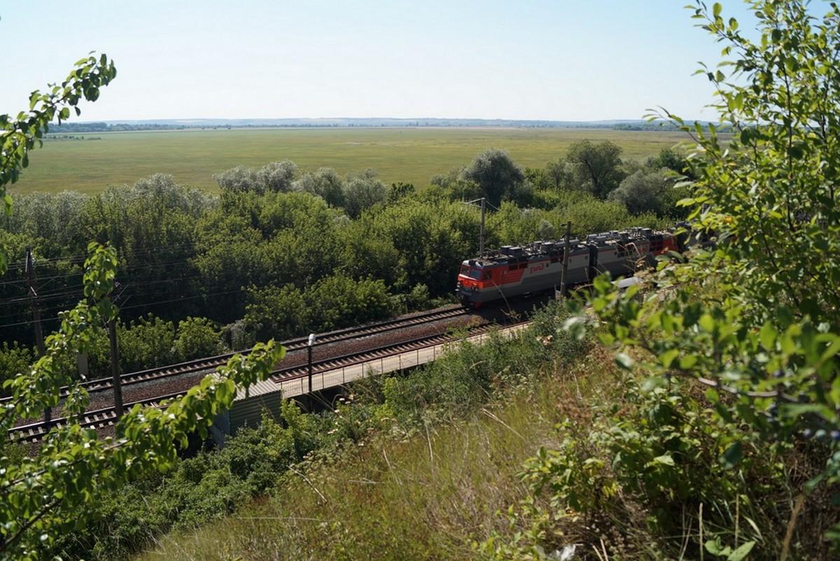 Дивногорье. Железная дорога у подножия плато.