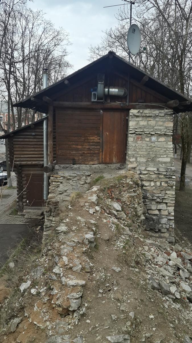 Псков. Часть стены Окольного города. С современным оборудованием.