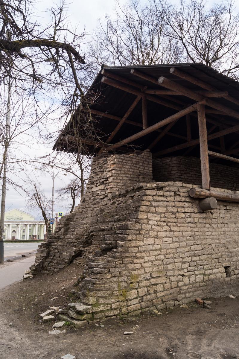 Псков. В парке культуры и отдыха. Часть стены Окольного города.