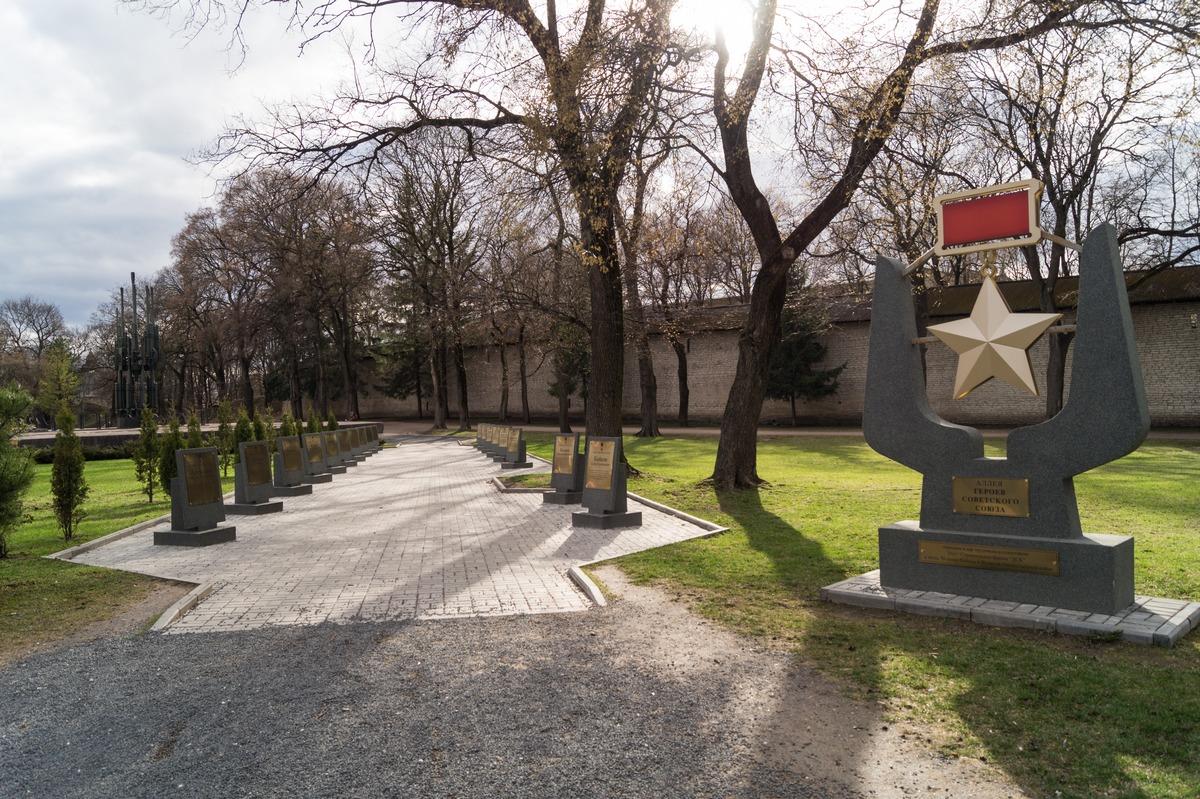 Псков. Аллея Героев у стены Окольного города в парке культуры и отдыха.