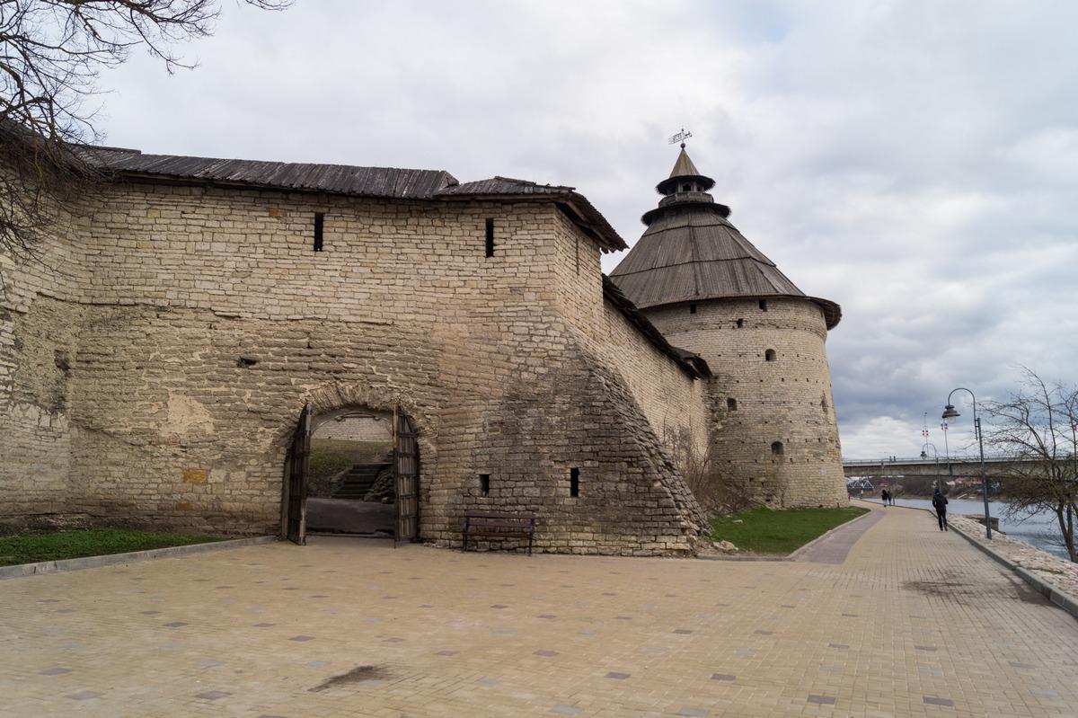 Псков. На берегу Великой. У стен Окольного города и Покровской башни.