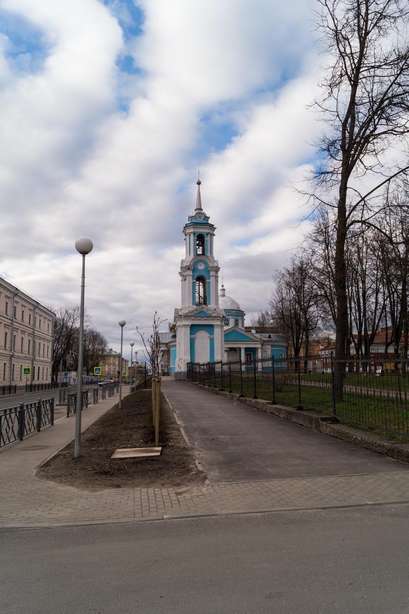 Псков. Успенская церковь на улице Калинина. Май и колокольня.