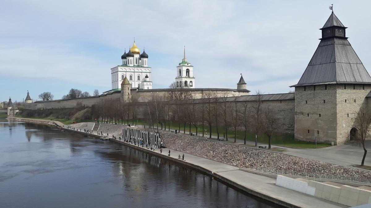 Псков. Вид на Кром и Власьевскую башню.