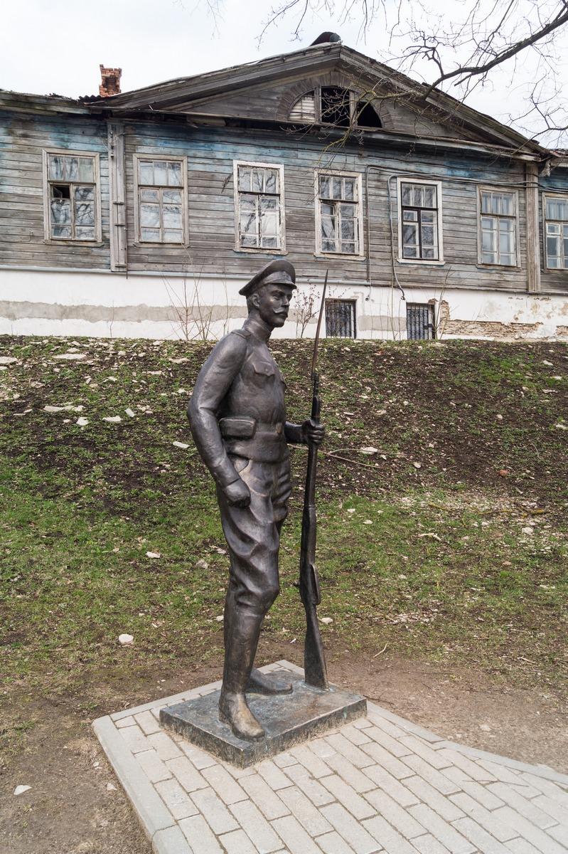 Псков. На набережной реки Великой. Памятник солдату Первой мировой войны.