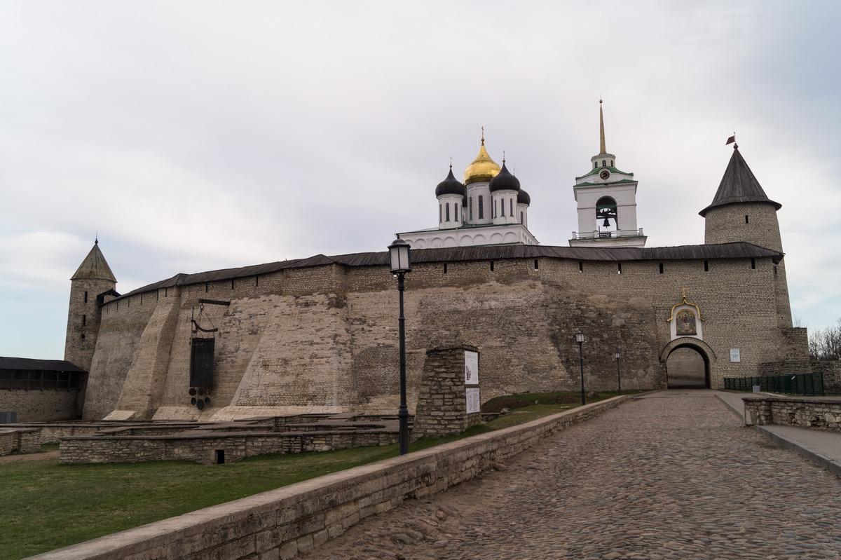 У входа в Псковский кремль. Начало мая.