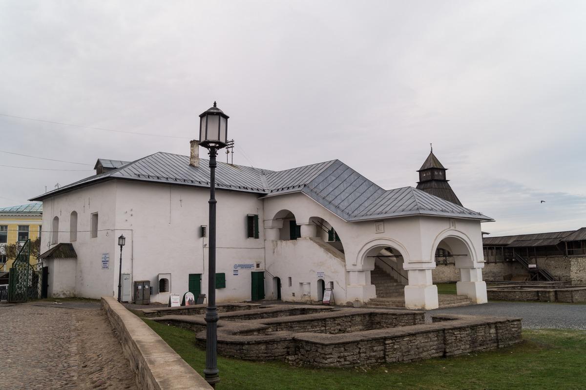У Псковского кремля. Приказная палата.