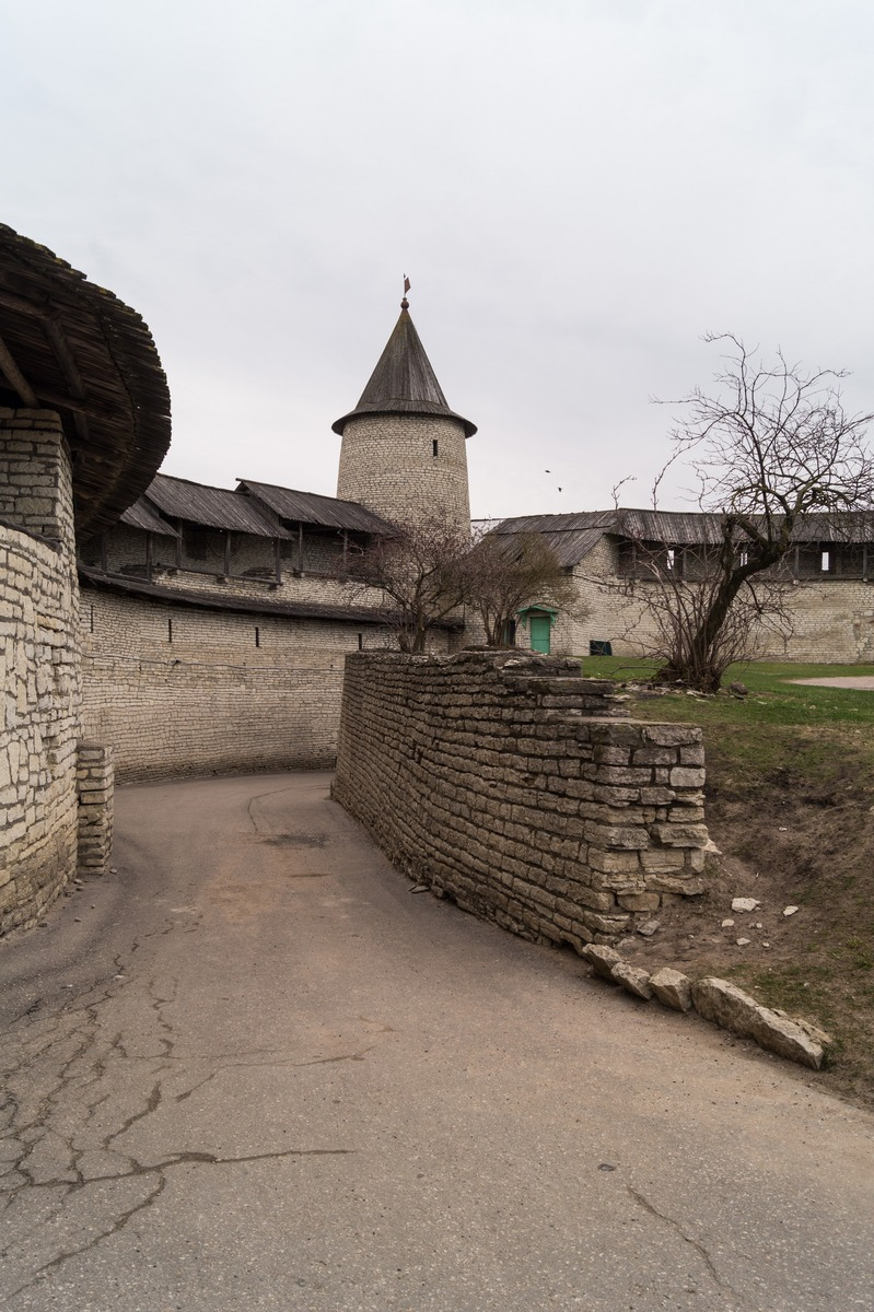 Изогнутый вход в Псковскую крепость.