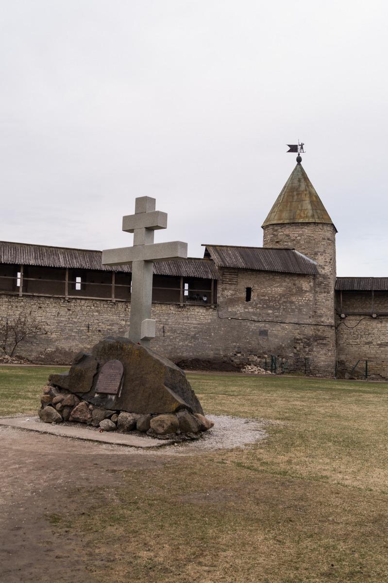 Псковский кром. На вечевой площади. Каменный крест и Смердиева башня.