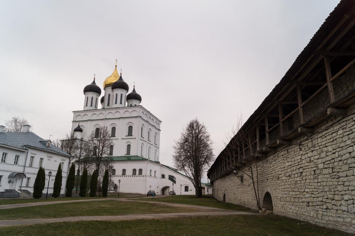 Псковский кремль. Троицкий собор и стены кремля.